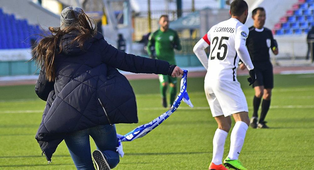 В Павлодаре фанатка Иртыша устроила флеш-моб на футбольном поле во время матча