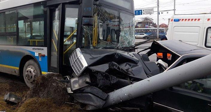 Алматыда Mercedes автобуспен соқтығысты