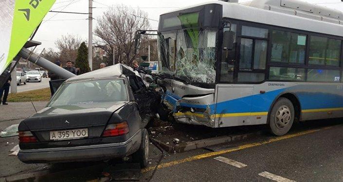 Автобус столкнулся с Mercedes в Алматы