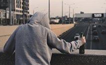 Мужчина с бутылкой алкоголя