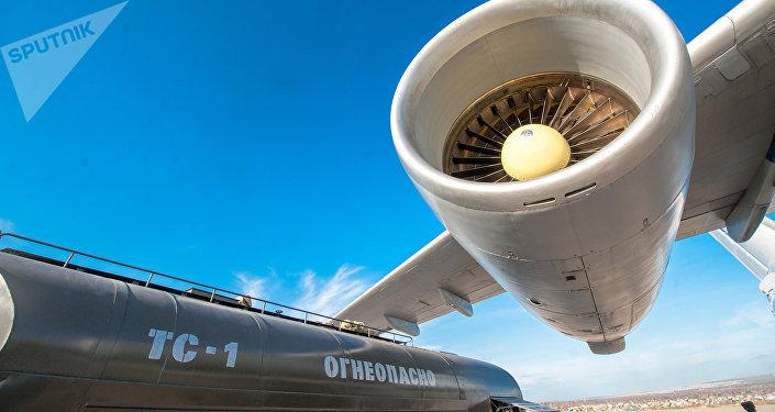 Заправка топливом самолета