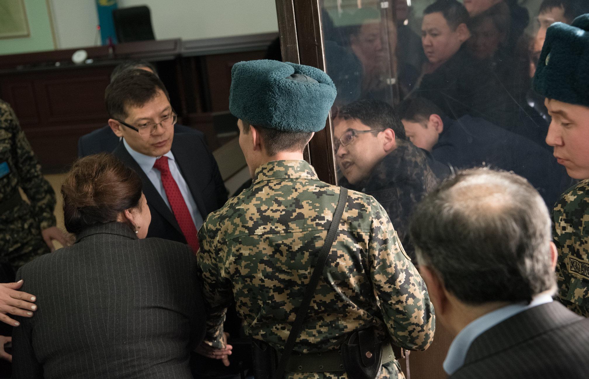 Куандык Бишимбаев разговаривает с родителями после оглашения свободы