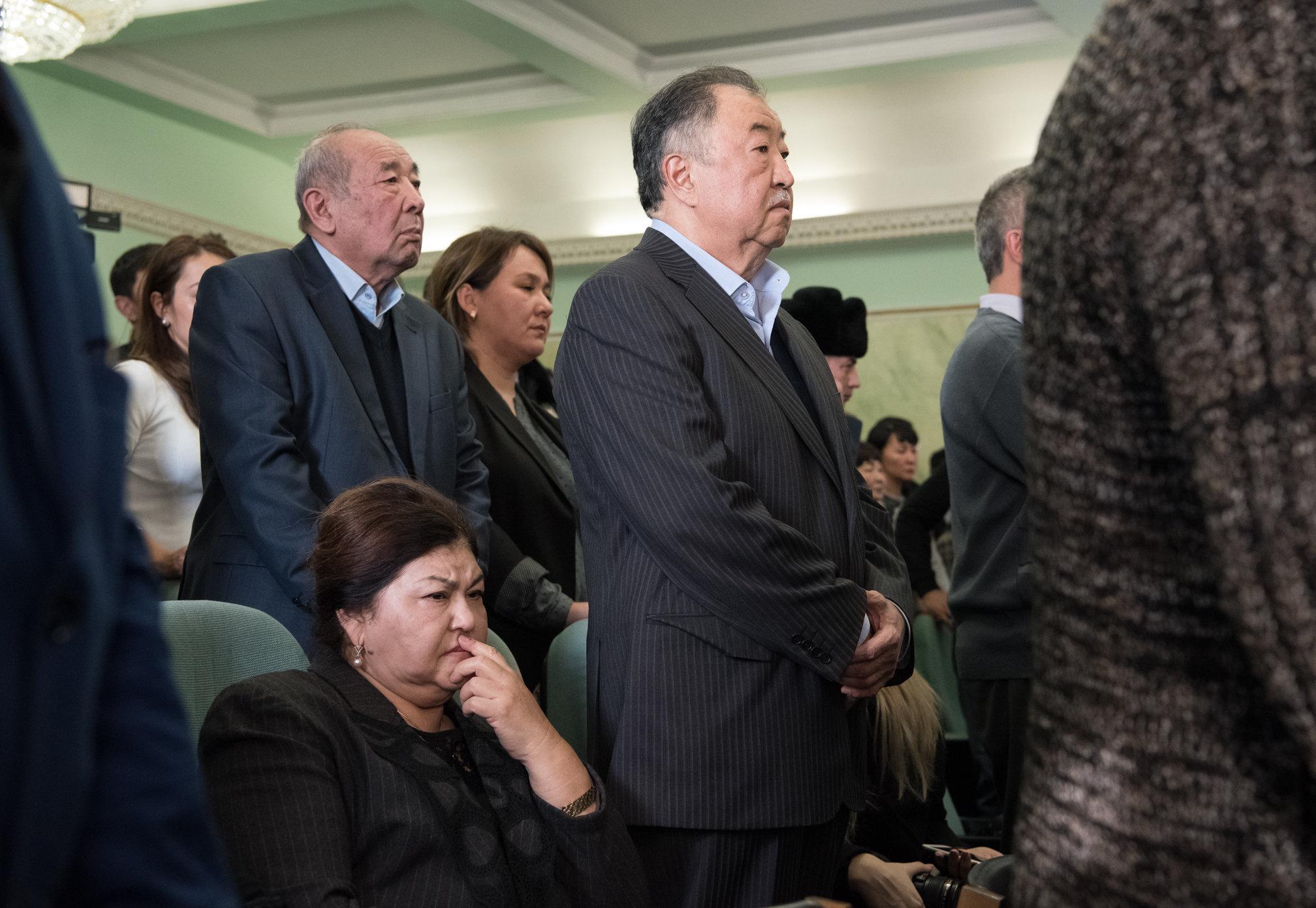 Родители Куандыка Бишимбаева во время зачитывания приговора