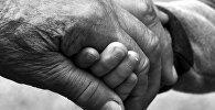 Пожилая женщина держит за руку ребенка, иллюстративное фото