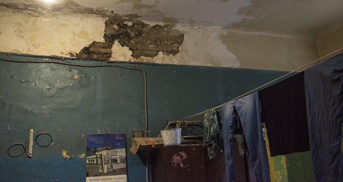 Белье сушится на кухне общежития, архивное фото