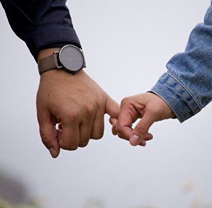 Мужчина держит мальчика за руку