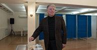 Посол России в Казахстане Алексей Бородавкин на избирательном участке в Астане