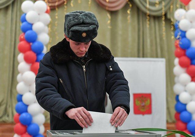 Военнослужащий военно-космических сил РФ голосует на избирательном участке в Байконуре