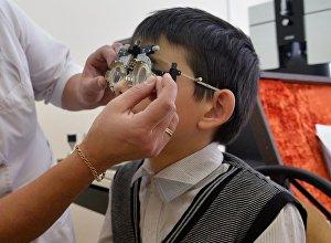 Врач подбирает очки для ребенка
