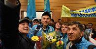 Цветы и сэлфи: казахстанских паралимпийцев встретили в аэропорту Астаны
