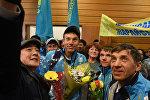 Гүлдер мен сэлфи: қазақстандық паралимпиадашыларды әуежайда қалай қарсы алды?
