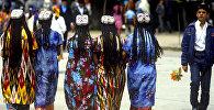 Девушки в национальной таджикской одежде
