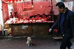 Прилавки с мясом на рынке в Китае, архивно фото
