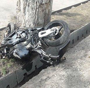 Мотоциклист врезался в автомобиль