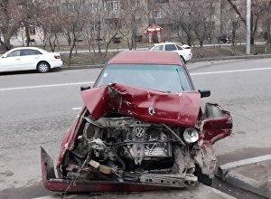 Volkswagen Golf себепкер болған жол апаты салдарынан екі көлікке зақым келді