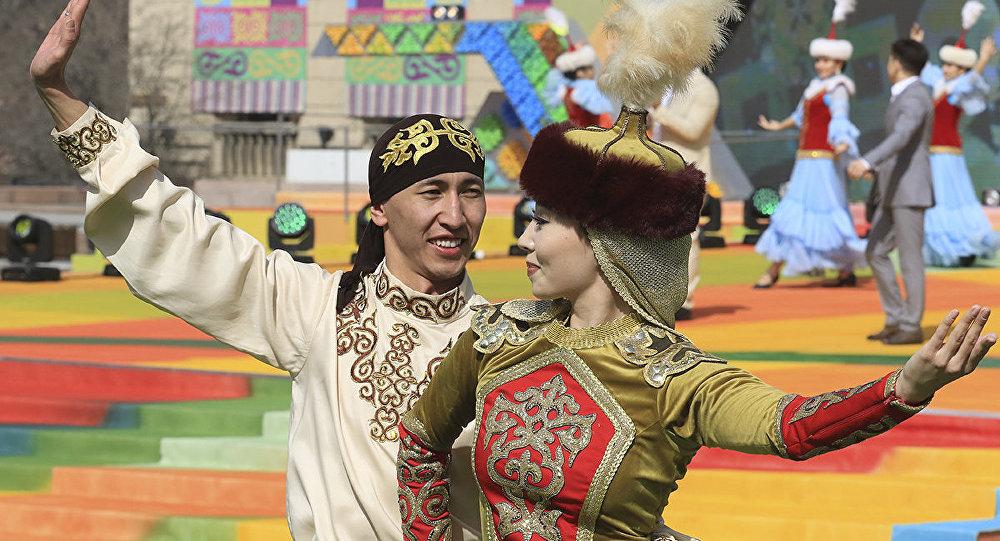 Парень и девушка в национальных казахских костюмах