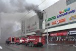 Сотрудники МЧС России ликвидируют возгорание в крупном торговом центре в Кемерово
