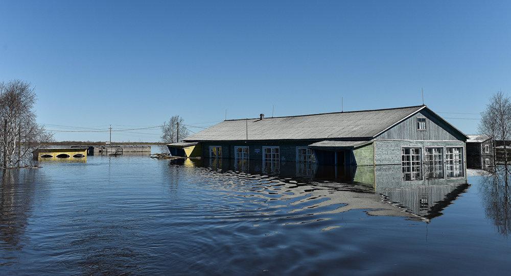 Дом в поселке, затопленный в результате паводка, архивное фото
