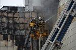 Сотрудники пожарной охраны МЧС во время тушения пожара в торговом центре Зимняя вишня в Кемерово