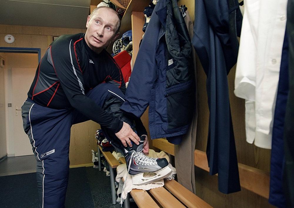Владимир Путиннің хоккей жаттығуына қатысуға дайындалып жатқан сәті.