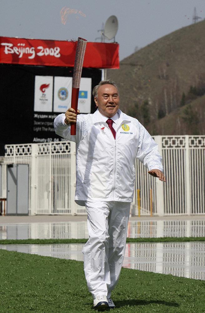 Глава Казахстана Нурсултан Назарбаев несет олимпийский факел