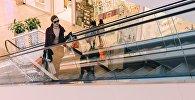 Девушка в торговом центре, иллюстративное фото