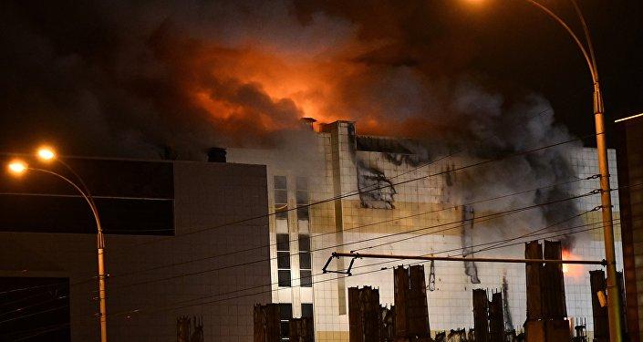 Сотрудники пожарной охраны МЧС борются с пожаром в торговом центре «Зимняя вишня» в Кемерово.