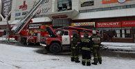 Сотрудник пожарной охраны МЧС во время тушения пожара в торговом центре «Зимняя вишня» в Кемерово