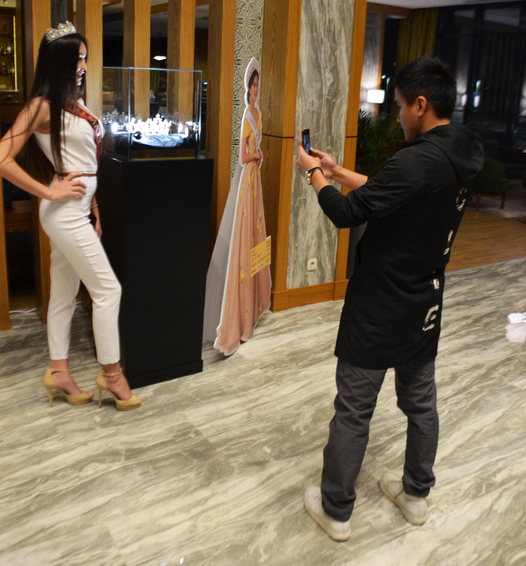 Блогер Цай Вей Хуан фотографирует финалистку конкурса красоты. Теперь о красавицах из Казахстана знают и в Китае