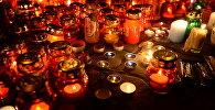 Зажженные свечи в память о погибших в Кемерово