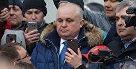 Вице-губернатор Кемеровской области Сергей Цивилев (в центре) общается с участниками стихийного митинга