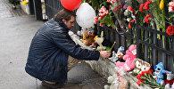 Казахстанцы несут цветы к генконсульству России в Алматы в память о погибших в Кемерово