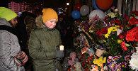 Астана с вами: взрослые и дети несут цветы к посольству России