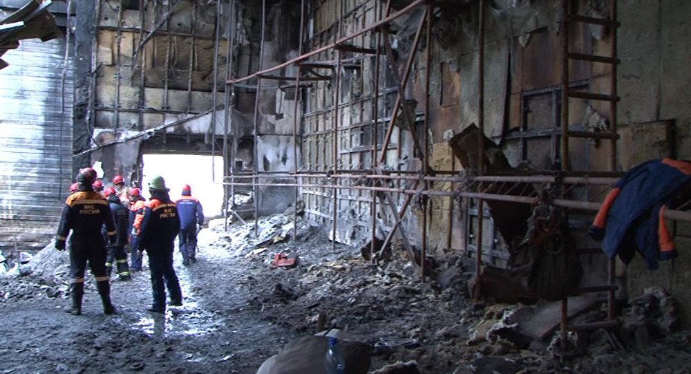 Работа следственной группы СК РФ на месте пожара в ТЦ Зимняя вишня