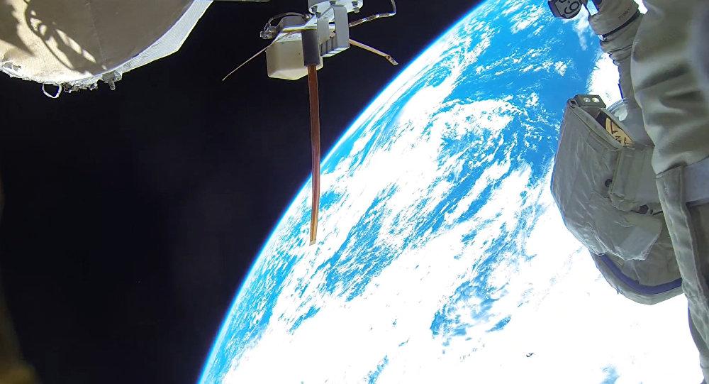 Космонавты работают за пределами космической станции, архивное фото