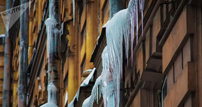 Сосульки на фасаде дома