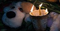 Свечи и игрушки в память о погибших при пожаре в Кемерово