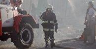 Сотрудник противопожарной службы в Киеве, архивное фото