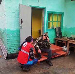 Сотрудники Красного Полумесяца помогают жителям Восточного Казахстана