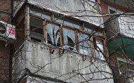 Балкон с разбитыми стеклами, архивное фото