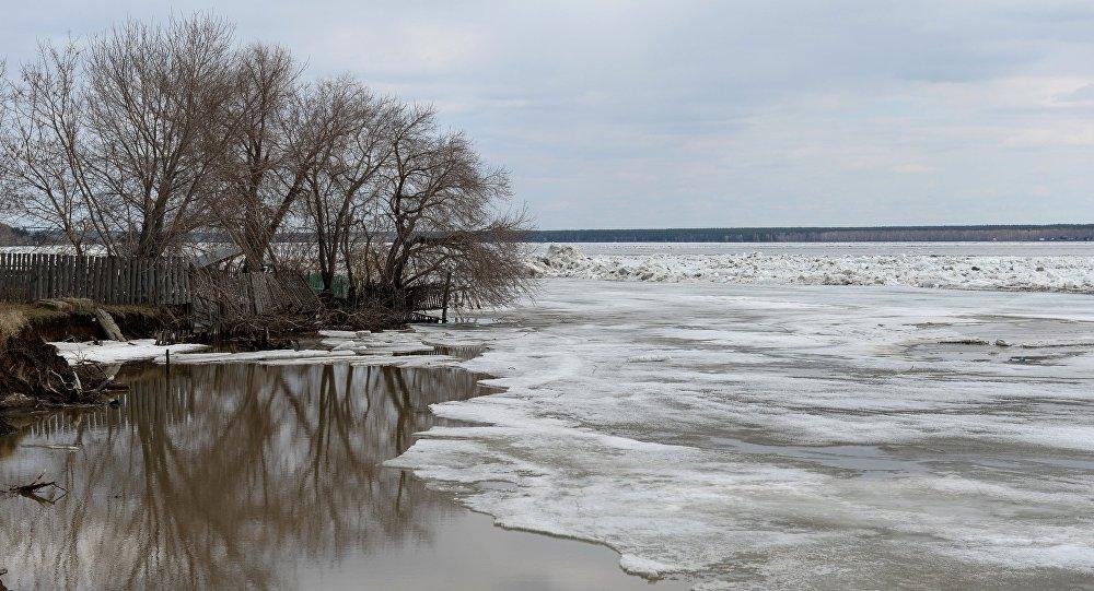 Река, покрытая льдом, архивное фото