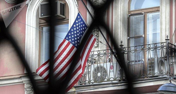 Флаг США на здании генконсульства в Санкт-Петербурге