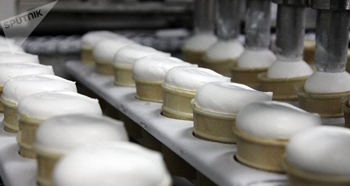 Производство мороженого, архивное фото