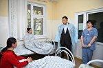 Жансеит Туймебаев навестил пострадавших от отравления мороженым в больнице Шымкента