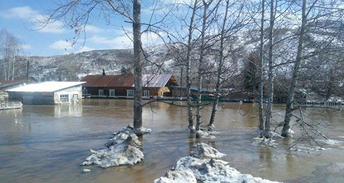 Река Старушка не справилась с огромным потоком талых вод, поэтому вода стала переливаться через русло, минуя обводной канал