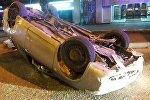 Автомобиль перевернулся, наскочив на открытый люк