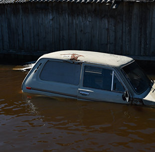 Машина, затопленная в результате паводка, архивное фото