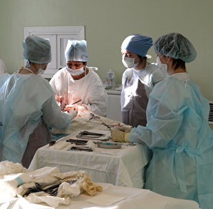Медицинский работники в операционной перинатального центра, архивное фото