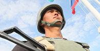 Часовой на командном пункте у флагов России и Казахстана во время военных учений на полигоне Оймаша в Казахстане, архивное фото