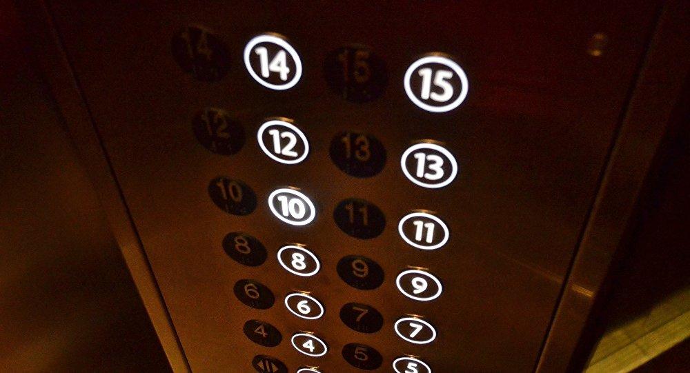 В кабине лифта, иллюстративное фото